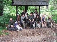 Naše parta v lese druhý den (kam zas zmizel jezevčík se Simonou...?)