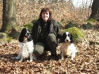 Hubert a Kara slavili narozeniny při výcviku v lese. Hubert se svou paničkou vlevo a Kara vpravo se olizuje.