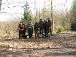 Celá parta výcvikového dne. Dvě jagošky, bordice, špringra Maja, Giulian předváděcí pes a Mendy pomocný pes při socializaci.....