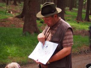 Pan Havel (majitel křepelačky Chiry z Větrné paseky) nám na nákresu vysvětlil, jak probíhá výcvik se zavěšeným prasetem na lanovce.
