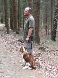Ízi se připravovala na lesní zkoušky. Cvičii jsme klid na stanovišti.