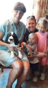 Když jsem odjížděl, tak to je foto mojí celé nové rodiny, no tedy, ale mojí chovatelce se ta fotka moc nepovedla, co?
