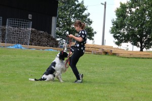 Soutěž dítě a pes - Xantos (Oggy) dává packu na koleno.