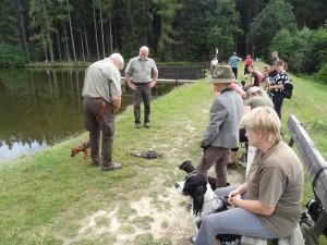 Zastavení u vody, kde byla provedena ukázka výcviku loveckých psů.