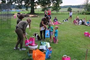 Rozdávání dárečků a upomínových předmětů.